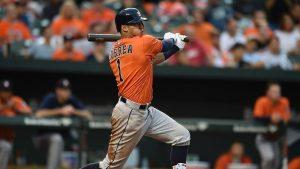 Astros' Correa to Houston with shoulder injury