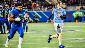 WATCH: Ezekiel Elliott races a young fan who ran onto the field at the Pro Bowl