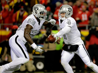 Derek Carr wants Latavius Murray back in Oakland