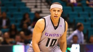 Former NBA guard Mike Bibby is suddenly gigantic, and Twitter has taken notice